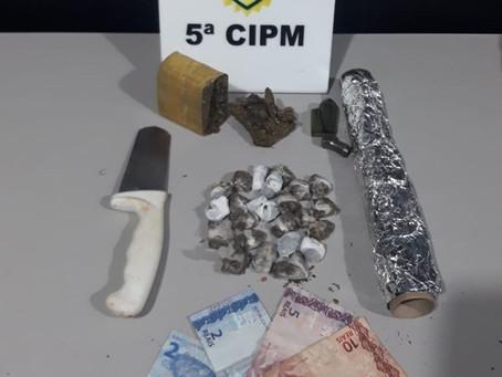 Policiais encaminham duas pessoas após serem flagradas fumando e preparando maconha para venda