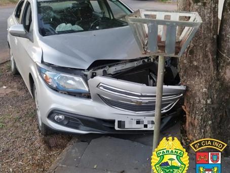 Bandidos invadem residência, furtam veículo e, após colidirem abandona carro na Jd. Cassidori