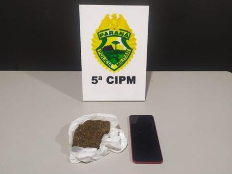 Ao cumprir mandado de busca e apreensão contra menor, PM localiza drogas na Vila Operária