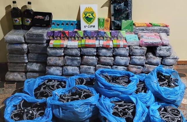 Dupla é abordada pela Polícia Militar de Cianorte com vários produtos contrabandeados do Paraguai