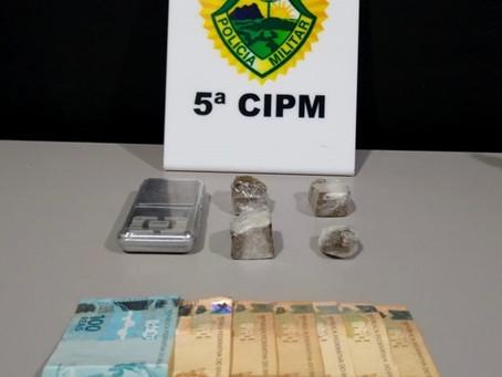 Homem é encaminhado para a Delegacia por suspeita de tráfico de drogas após abordagem de suspeito