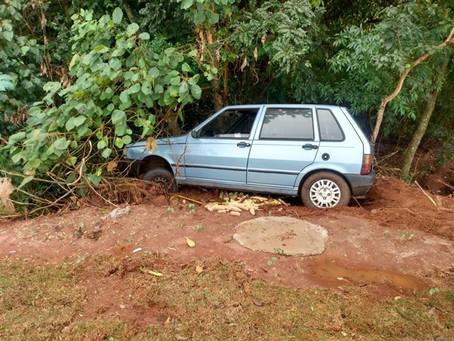 Homem é preso pela PM após roubar veículo ameaçar vítima de morte e bater com o carro em uma árvore