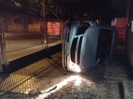 Condutora perde controle do veículo invade residência e tomba carro no quintal da casa