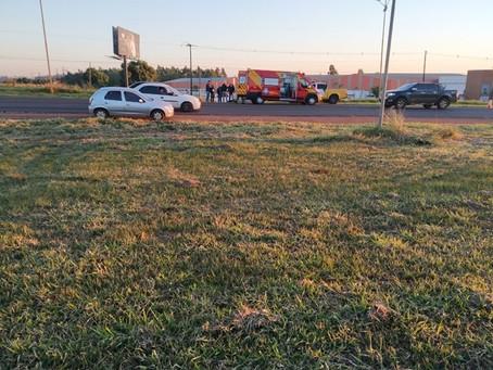 Mulher fica ferida em colisão entre moto e caminhonete na PR-323 próximo ao portal de Cianorte