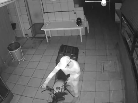 Câmeras de segurança regista furto de motocicleta em comércio na cidade de Jussara