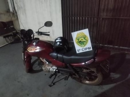 Dupla rouba motocicleta, mas abandona veículo logo em seguida por falta de combustível
