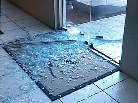 Bandidos quebram vidraça de loja na Souza Naves para furtarem dinheiro e objetos em Cianorte