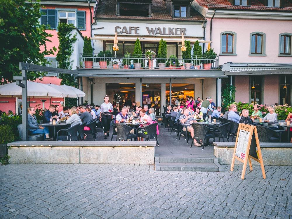 Genießen Sie leckere Burger im Cafe Walker an der Überlinger Promenade mit direktem Blick auf den Bodensee
