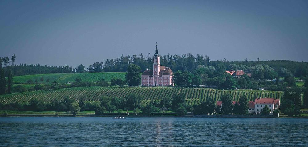Bei einem Schiffsausflug von Überlingen nach Stein am Rhein entdecken Sie wunderschöne, historische Gebäude