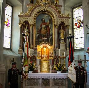Fahnen vor Altar