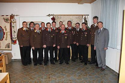 Die wahlberechtigten Ortsfeuerwehrkommandanten mit Mag. Schneglberger (rechts) und LFK, BFK sowie dem gewählten AFK