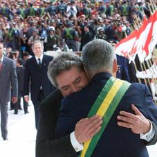 Brasília, 2003. Sucessão presidencial: Fernando Henrique Cardoso passa a faixa presidencial ao recém empossado Luiz Inácio Lula da Silva. Fonte: Alan Marques/Folhapress.