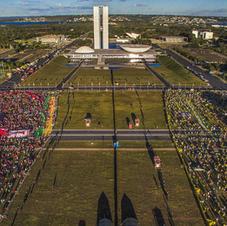 Brasília, 2016. Durante a votação do impeachment de Dilma Rousseff na Câmara dos Deputados, manifestantes favoráveis e contrários concentram-se na Esplanada dos Ministérios. Fonte: Ricardo Stuckert