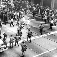 Porto Alegre, 1964. Manifestações contra o golpe militar são reprimidas pelo exército.  Fonte: Iconographia/Cortesia.