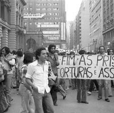 São Paulo, 1977. Estudantes percorrem as ruas próximas ao Teatro Municipal para promover o Dia Nacional de Luta protestando contra prisões de colegas em Brasília e Rio. Fonte: EstadãoAE.