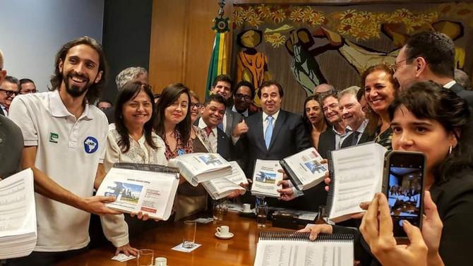 Pesquisadores entregam 1 milhão de assinaturas pelo CNPQ, ao presidente da Câmara
