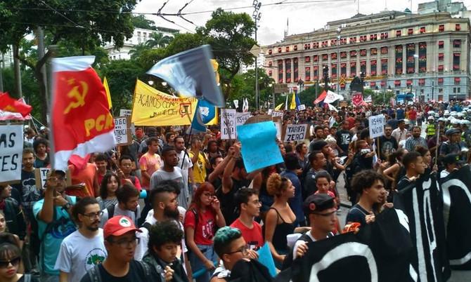 Cresce número de brasileiros que defendem democracia