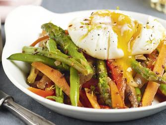 Salteado de verduras con huevo escalfado