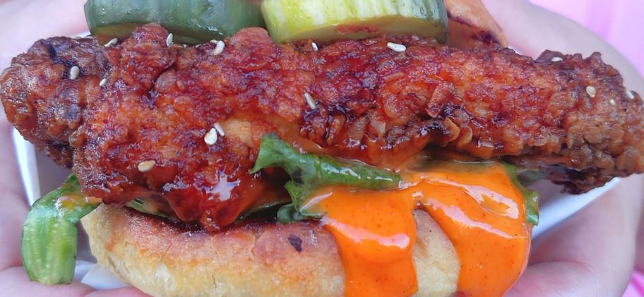The Munchables  Goju chicken - Fried chicken sandwich: Τηγανιτό γλασαρισμένο κοτόπουλο μέσα σε ψωμάκι με δικά μας αγγουράκια τουρσί, Iceberg μαρούλι και goju σως / Glazed Fried chicken in a fluffy bun topped with iceberg lettuce, in-house pickles and goodie sauce