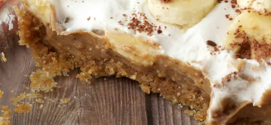 The Vendor  - Vegan Banoffee coconut cream pie: Νηστίσιμο banoffe με βάση από ξηρούς καρπούς και φοινίκια, σάλτσα σοκολάτας, κομάτια μπανανας, καραμέλα μπανάνας και γάλα καρύδας / Vegan banoffee with a no bake crust made of nuts & dates, chocolate sauce, banana slices, banana caramel and a coconut milk topping  - Apple pie in a cup: Μηλόπιτα τριών επιπέδων με σπιτική σάλτσα μήλου χωρίς ζάχαρη, κραμπλ από καρύδια και φοινίκια, γιαούρτι με τριμμένο φρέσκο μήλο και κανέλα / Three-layered apple pie with a homemade apple sauce without sugar, crumble of walnuts and dates, yoghurt with grated fresh apple and a sprinkling of cinnamon on top