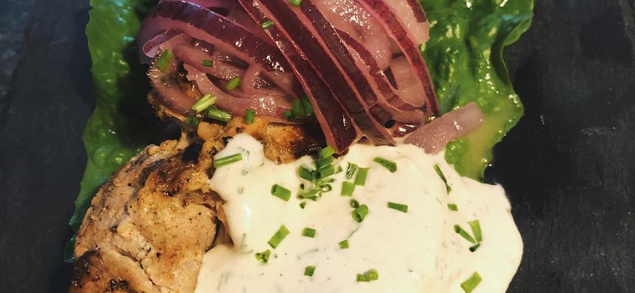 Vkusno  Shashlik: Μαριναρισμένο χοιρινό στο ξυλάκι σερβιρισμένο με μαριναρισμένο κρεμμύδι και δροσιστική σάλτσα διαφοροποιημένης μαγιονέζας / Marinated pork skewers served with marinated onion and refreshing twisted mayonnaise sauce