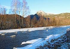teilweise zugefrorener Fluss