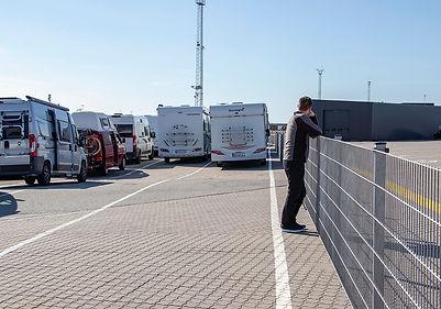 wir warten am Fährhafen auf die Abfahrt