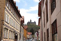 Gasse in Wernigerode mit Blick aufs Schloss