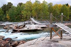 Hängebrücke entlang E6 - Dypen Naturreservat