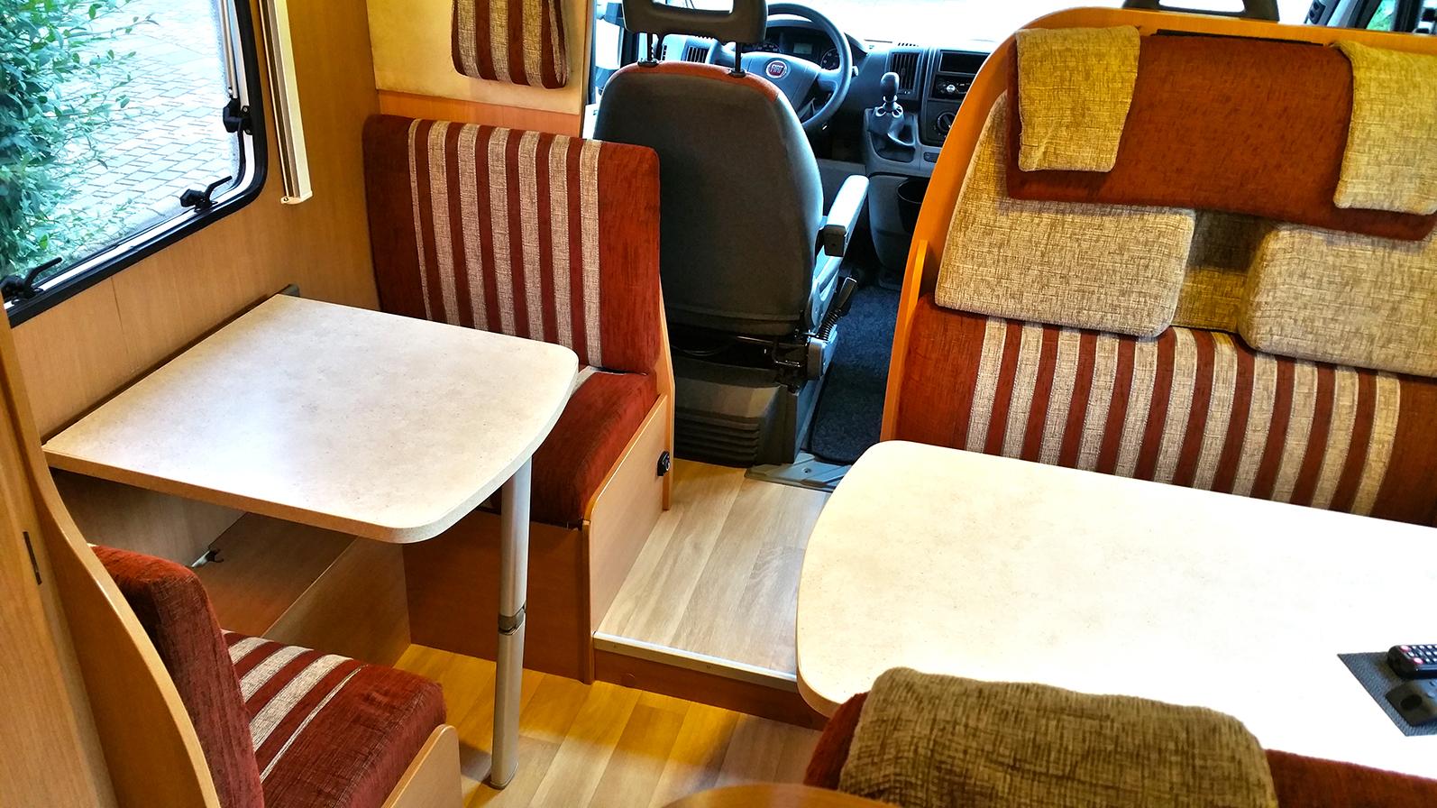 beide Sitzecken im Challenger