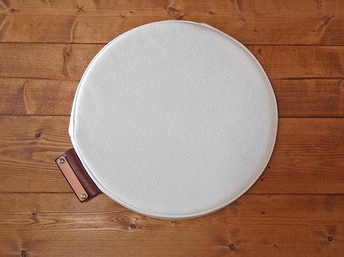 【名入れ、プレゼント用】円形座布団クッション(PVCレザー/一部本革)(ホワイト)