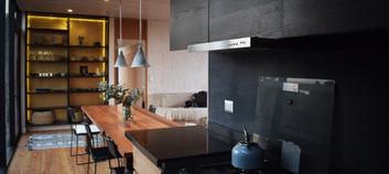 Interior, cocina y comedor.