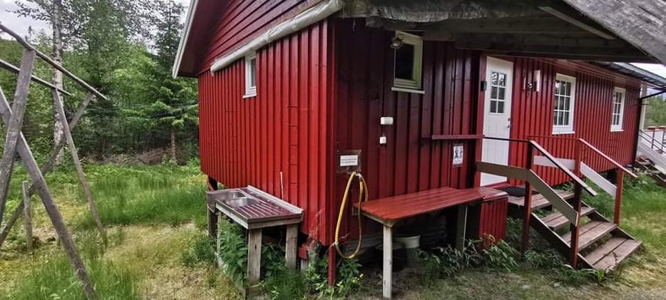 Sløyebenk bak hytta