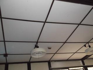 昭和の改築工事で天井はベニヤ板で覆いました。