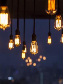 lampes-allumées-suspendues-nuit