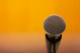 mikrofon-auf-gelb_1150-14988.jpg