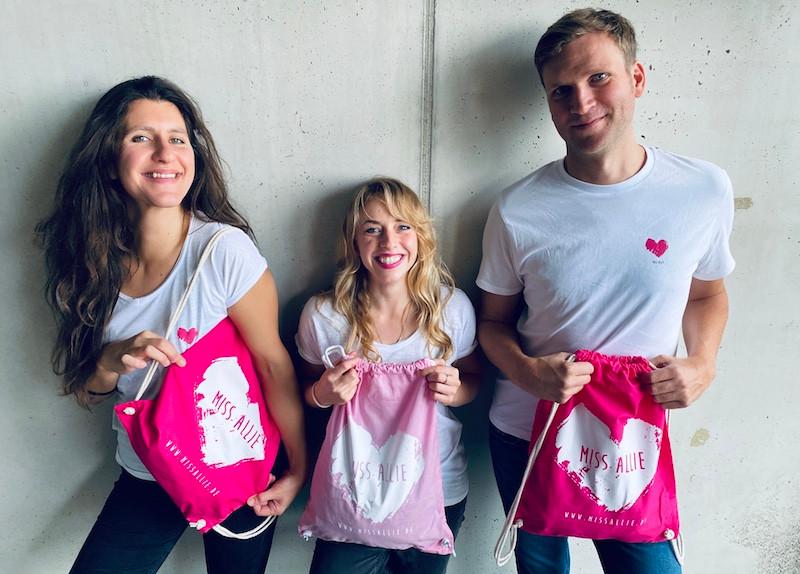 Miss Allie Team mit neue Fairtrade T-Shirts und Turnbeutel