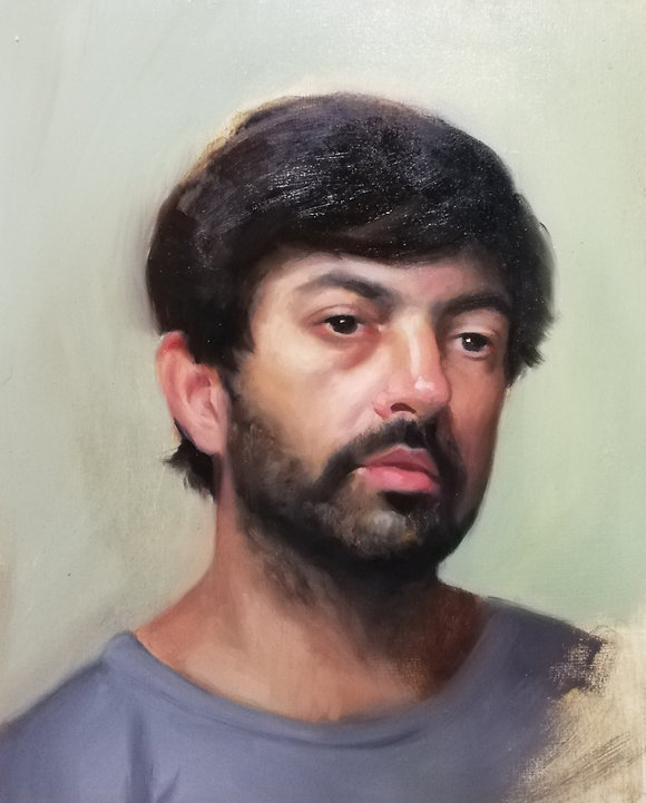 This is a portrait, painted from life, of a young catalan man, he has a grey shirt, black hair and brown shiny eyes. It is painted in the realist style, with inspiration from Anders Zorn and John Singer Sargent. This is most obvious on the ear, because of the way it is painted with clear abstract shapes of colours. Notice the simple shadowshapes on the side of the nose, in the nostril and between the lips. They are of a warm colour. There is an impasto in the hair, that creates a shiny hair, 3d effect.