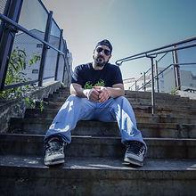 """Flavien, aka """"Darktek"""" est un artiste mêlant sonorités Hardtek & Hardcore, principalement basé sur des melodies envoûtantes et de l'humour déjanté! Aussi à l'aise sur du Rawstyle que de la synthwave, ce Dj surprend à chaques sorties. Amateur de vibrations et composant depuis 2007, avec 4 album CD's et des centaines de tracks à son actif, Darktek n'est clairement pas là pour enfiler des perles!"""