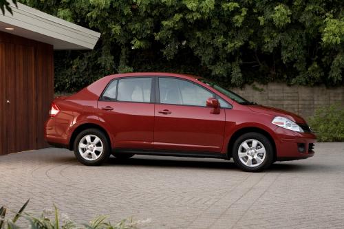 Nissan versa side
