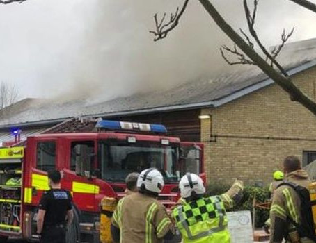 Zjarri në Surrey: Qendra e vaksinimit Covid evakuohet...