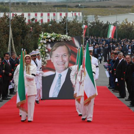 I ndjeri Sir David Amess u kujtua në ceremoninë lëvizëse në Ashraf-3, Shqipëri,