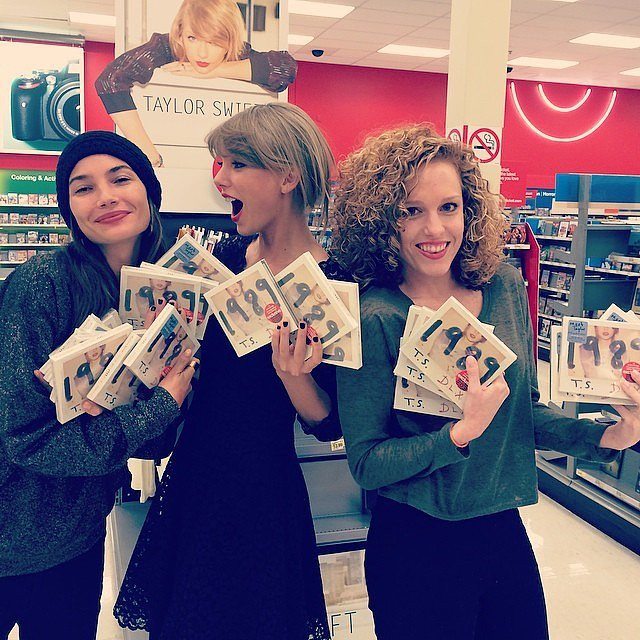 Taylor-Swift-her-friends-picked-up-her-1989-album-Target.jpg