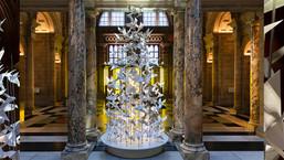 Инсталляции рождественских ёлок в Музее Виктории и Альберта