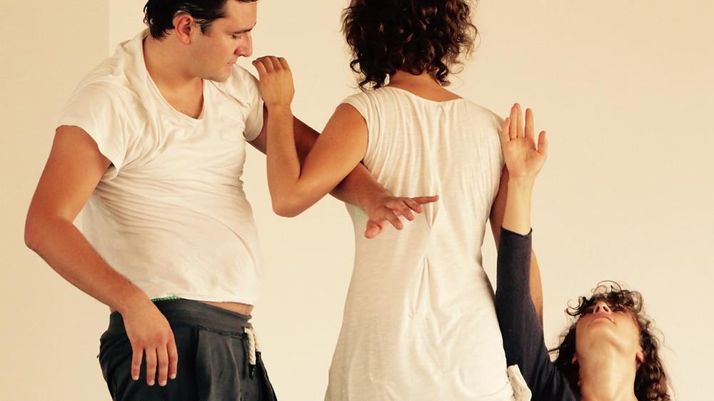 Se connecter à soi.  Danser sans codification,  pour le plaisir et l'expression, en conscience de l'espace. Improviser ensemble.  Approche somatique,  nourrie du Contact Impro et d'outils pour l'improvisation dansée.  Ouvert à toute personne désireuse d'explorer le mouvement!