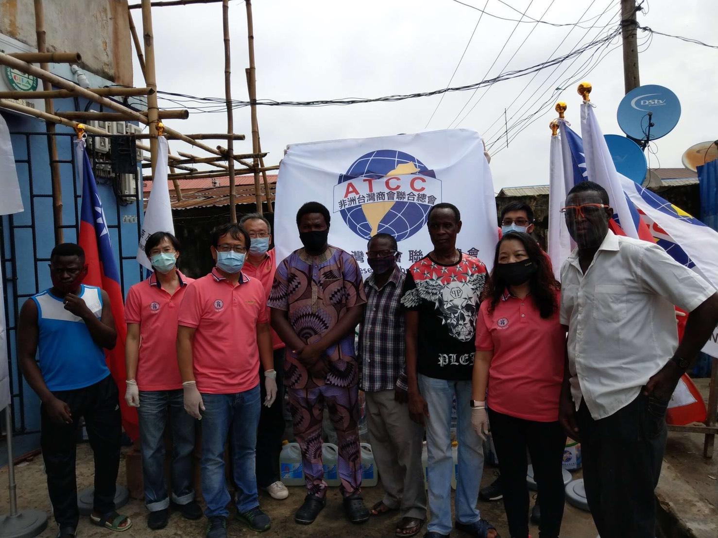 ATCC 吳孟宗總會長率領捐贈奈及利亞貧民窟物資