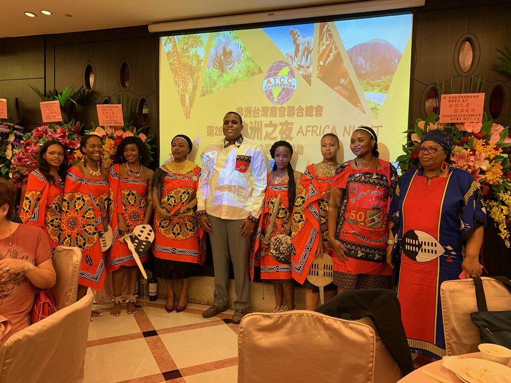 2019.09.23 非洲之夜 史瓦帝尼王國的王子與表演學生合影