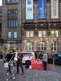 Vor dem Chemnitzer Rathaus