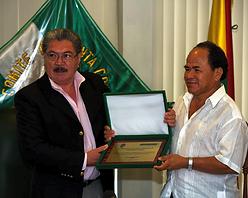 El Dr. Herland Vaca Díez entrega Premio a JMA