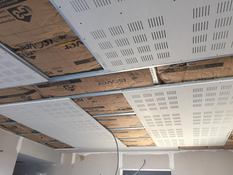 plafond en plaques accoustiques.jpg